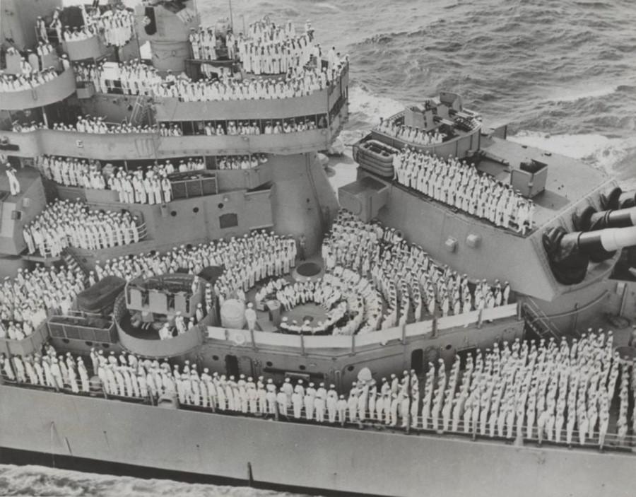 Вид на американский линкор «Миссури» во время подписания капитуляции Японии
