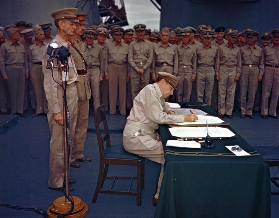 Генерал Дуглас Макартур подписывает акт о капитуляции Японии на борту линкора «Миссури»