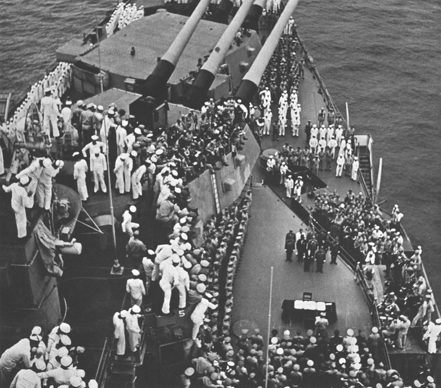 Моряки линкора «Миссури» наблюдают за началом церемонии капитуляции Японии