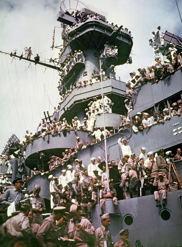 Фотокорреспонденты и зрители на борту американского линкора «Миссури» во время подписания капитуляции  Японии