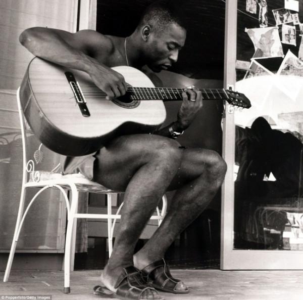 207 Бразильская легенда футбола Пеле играет на гитаре во во время Чемпионата мира футболу в 1970 году