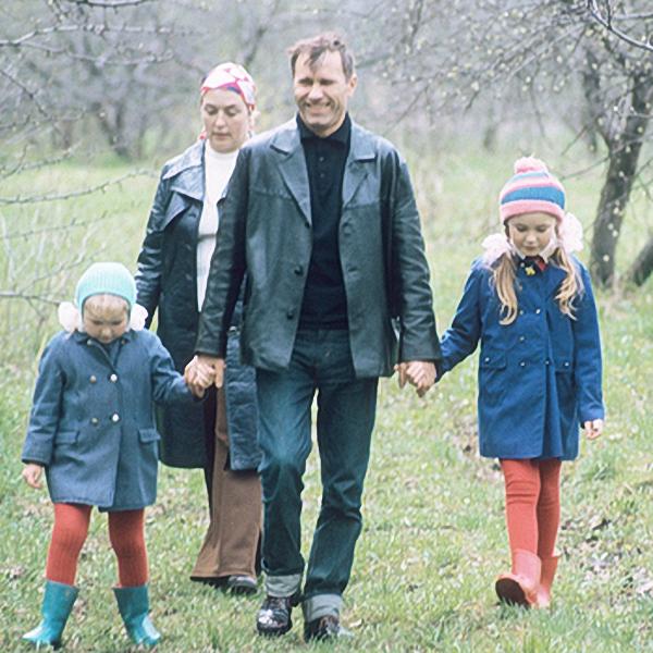 Писатель, режиссер, актер Василий Шукшин с женой актрисой Лидией Федосеевой и дочерьми Машей (слева) и Олей во время загородной прогулки.  1974 год