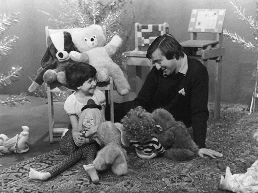"""Геннадий Хазанов с дочерью на записи передачи """"Будильник"""". 1979 год"""