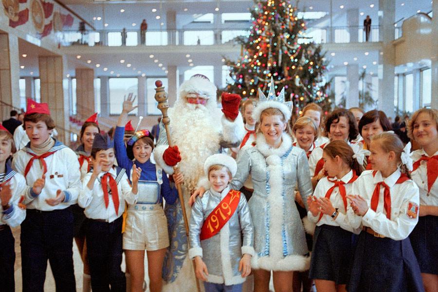 На новогоднем представлении у елки в Кремлевском Дворце съездов. 1978 год. Фото Николая Малышева и Валерия Христофорова