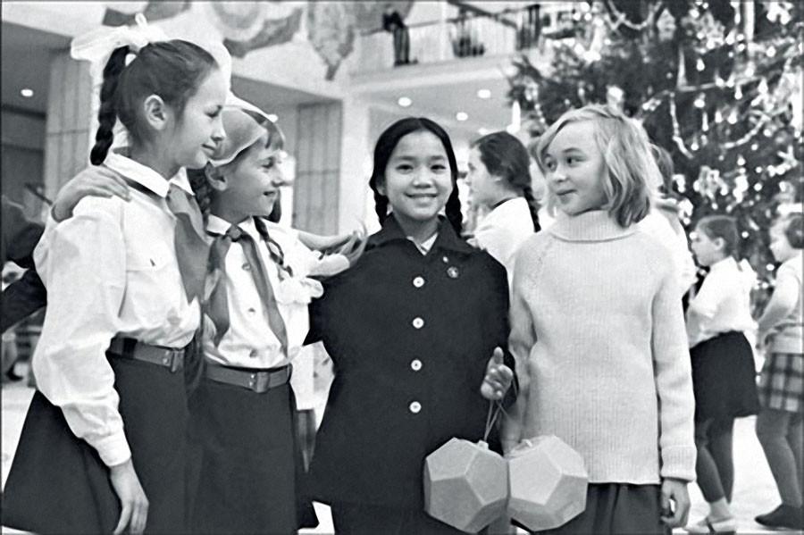 Девочка из южновьетнамской общины Сонгми Во Тхи Лиен среди пионеров на новогодней елке в Кремлевском Дворце съездов. 1970 год. Фото Льва Портера (Фотохроника ТАСС)