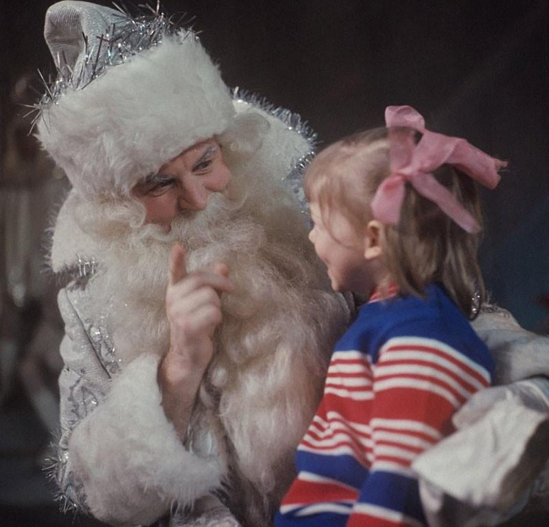 Дед Мороз и девочка, 1973 год, фото В. Шияновского