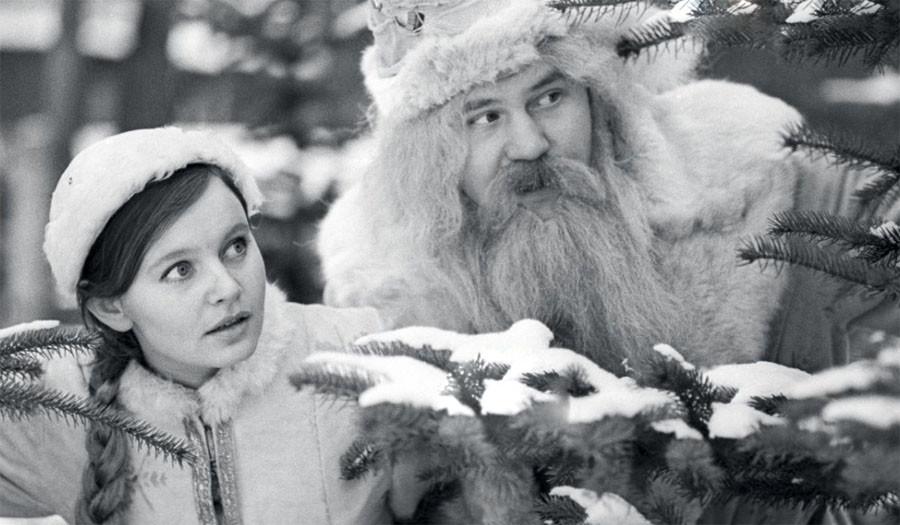 Дед Мороз и Снегурочка в подмосковном лесу. 1971 год. Фото Виктора Великжанина