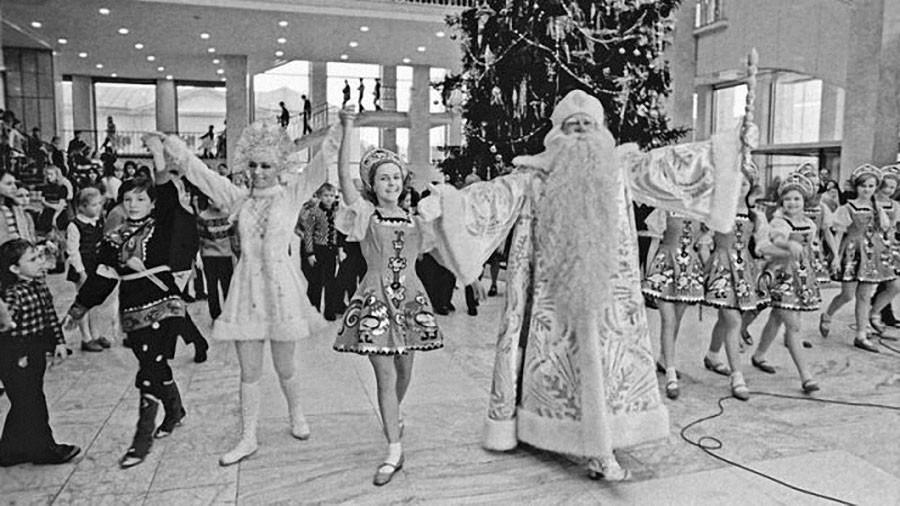 Дед Мороз и Снегурочка встречают гостей у новогодней елки. 1973 год. Фото Валентина Кузьмина и Валерия Христофорова