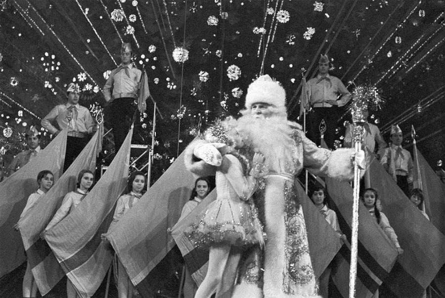 Дед Мороз и Снегурочка поздравляют детей с Новым годом. 1973 год. Фото Валентина Кузьмина и Валерия Христофорова