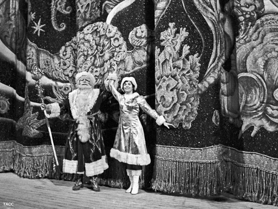 Дед Мороз и Снегурочка приветствуют гостей Детского музыкального театра. 1979 год. Фото Александра Сенцова