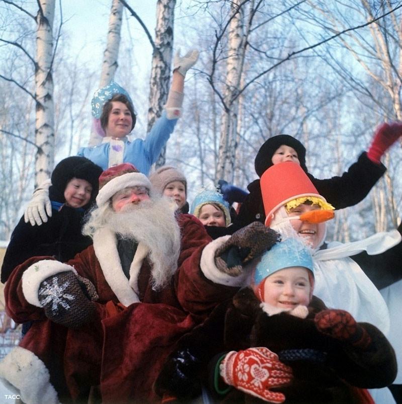 Дед Мороз и Снегурочка с детьми в детском городке на ВДНХ. 1979 год. Фото Бориса Кавашкина