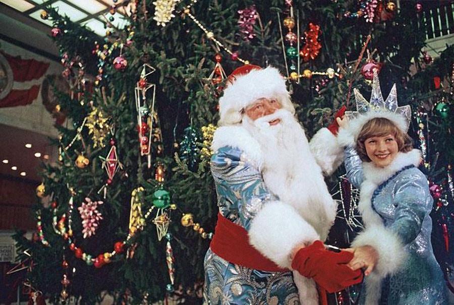 Дед Мороз и Снегурочка танцуют у новогодней елки в Кремлевском Дворце съездов на молодежном балу. 1978 год. Фото Николая Малышева и Валерия Христофорова