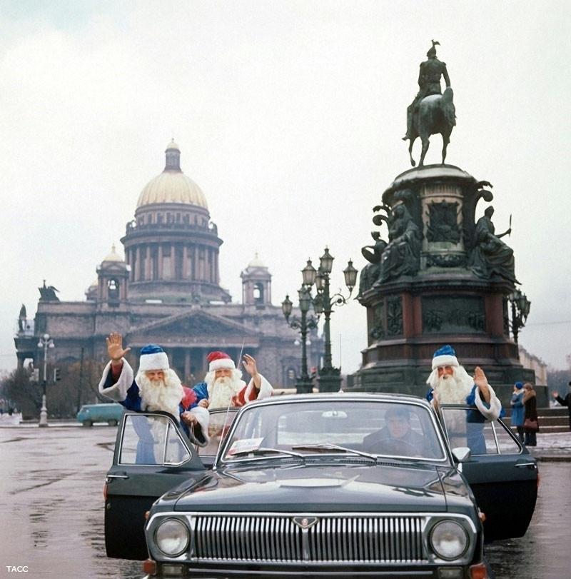 Деды Морозы из службы быта Невские зори. 1978 год. Фото Игоря  Сабадаша
