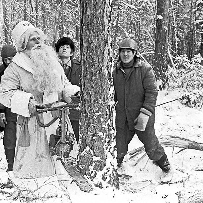 Иркутская область. Дед Мороз в поселке Магистральный выступает в качестве лесоруба. 1974 год