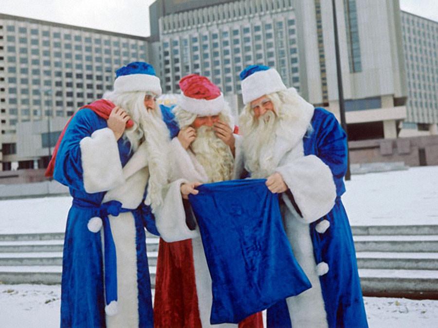 Ленинград. Деды Морозы у новой гостиницы Прибалтийская, 1978 год. Фото Игоря Сабадаша