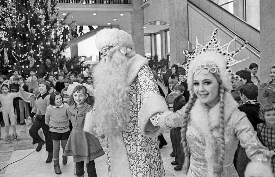 Новогодний хоровод в Кремлевском Дворце съездов. 1977 год. Фото Николая Малышева и Валерия Христофорова
