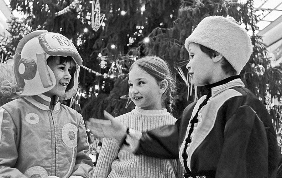 Столичные школьники на новогоднем празднике в Кремлевском Дворце съездов, 1976 год