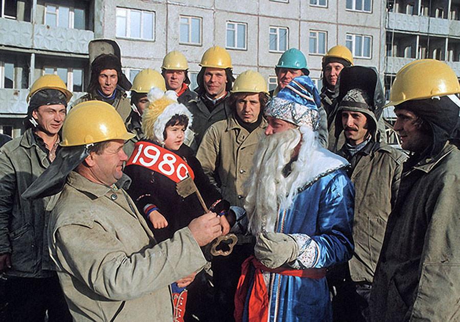 Строители вручают символический ключ от жилого дома Деду Морозу, который передаст ключ новоселам. 1979 год