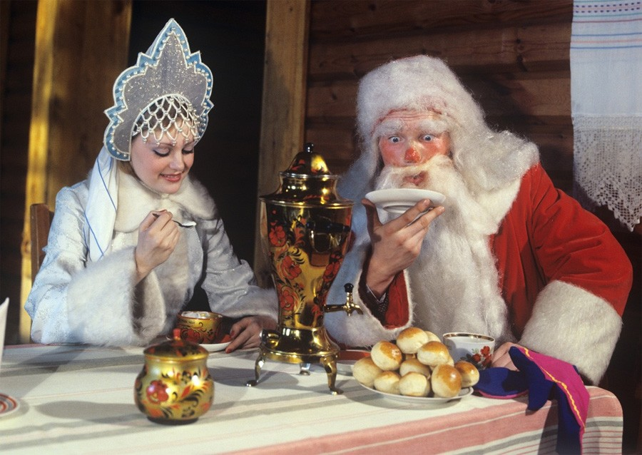 Алтайский край. Дед Мороз и Снегурочка пьют чай, 1981 год, © Фотохроника ТАСС, Фото Виктора Садчикова