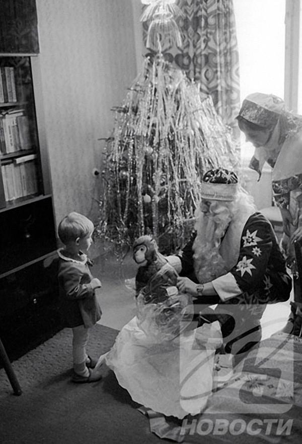 Дед Мороз и Снегурочка поздравляют с Новым годом трехлетнюю Машу Смирнову у нее дома, 1985 год, © РИА Новости, Владимир Федоренко