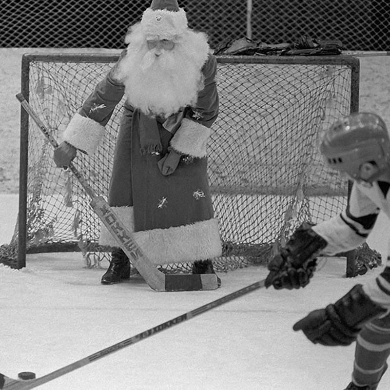 Дед Мороз играет в хоккей с воспитанниками детской спортивной школы. 1982 год. Киев