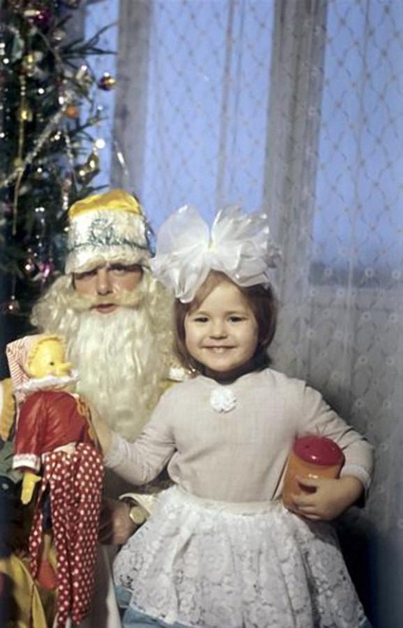 Дед Мороз принес подарок на Новый год, 1981 год, © РИА Новости, Чейшвили
