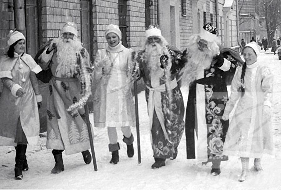Деды Морозы с подарками и Снегурочки идут по улице города, 1985 год, © РИА Новости, Владимир Федоренко
