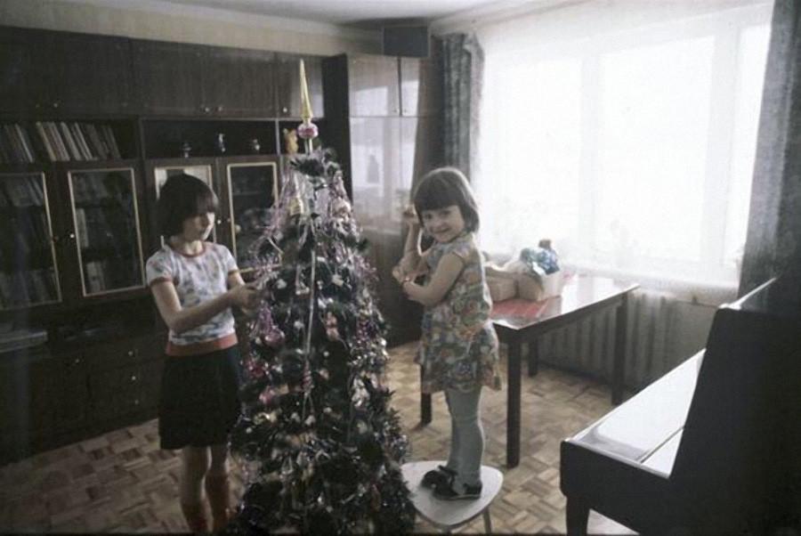 Дети наряжают новогоднюю елку, 1983 год, © РИА Новости, Александр Гращенков