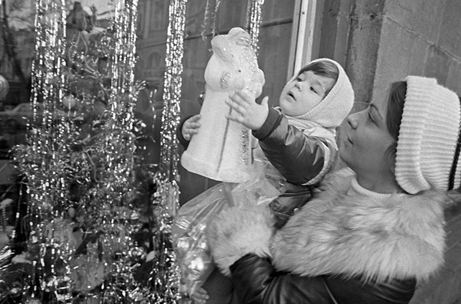 Мама с дочкой выбирают игрушку - Деда Мороза, 1981 год, © Фотохроника ТАСС, Фото Анатолия Рухадзе