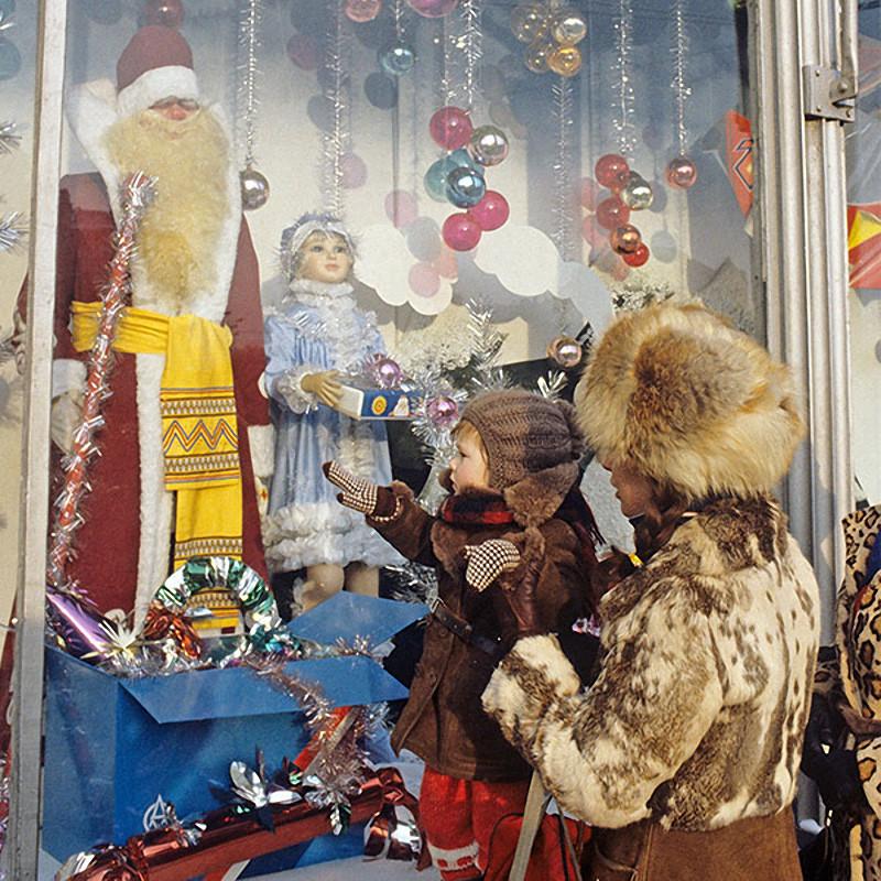 Мама с ребенком у новогодней витрины Центрального магазина Детский мир. 1987 год
