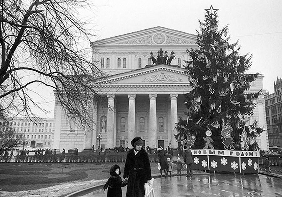Новогодняя елка у Большого театра на площади Свердлова (Театральная площадь). 1983 год