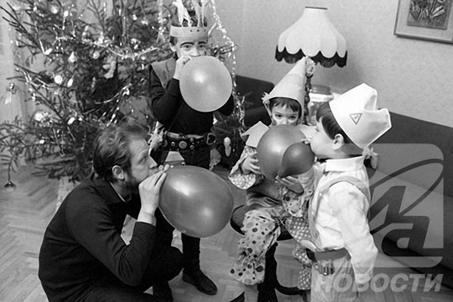 Папа и дети готовятся к встрече Нового года, 1987 год, © РИА Новости, Владимир Федоренко