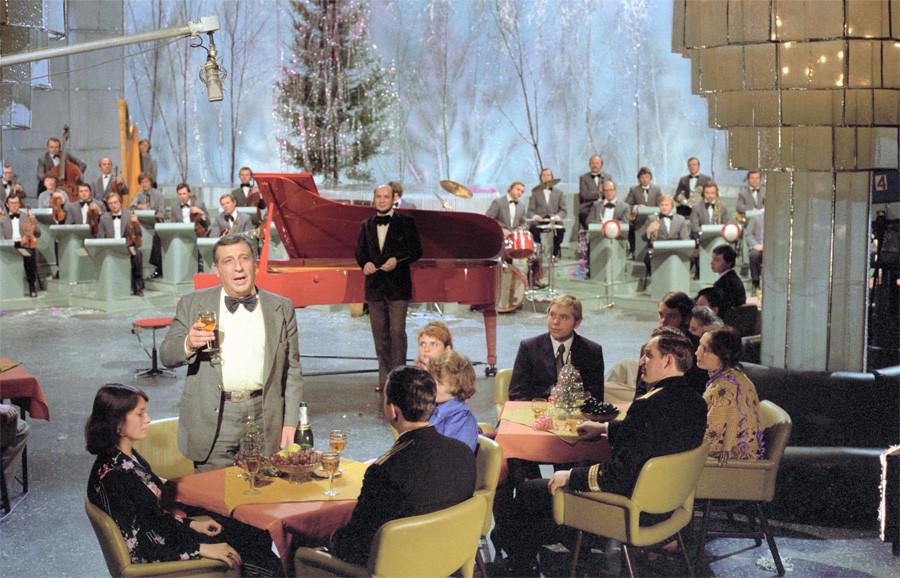 Поздравления от композитора Арно Бабаджаняна во время новогодней телепередачи Голубой огонек, 1980 год, © Фотохроника ТАСС, Фото Валентина Мастюкова