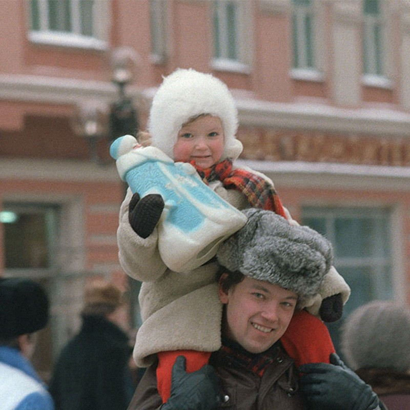 С новогодними подарками с елочного базара. Москва, 1985 год