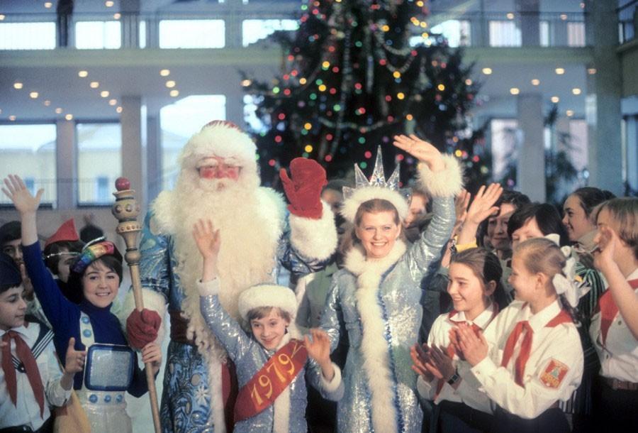 Дед Мороз и Снегурочка во время новогоднего представления в Кремлевском Дворце съездов. 1978 год. Фото Николая Малышева и Валерия Христофорова