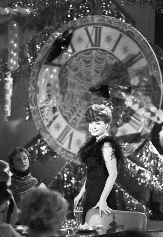 Певица Алла Пугачева во время выступления в новогодней телепередаче Голубой огонек, 1978 год