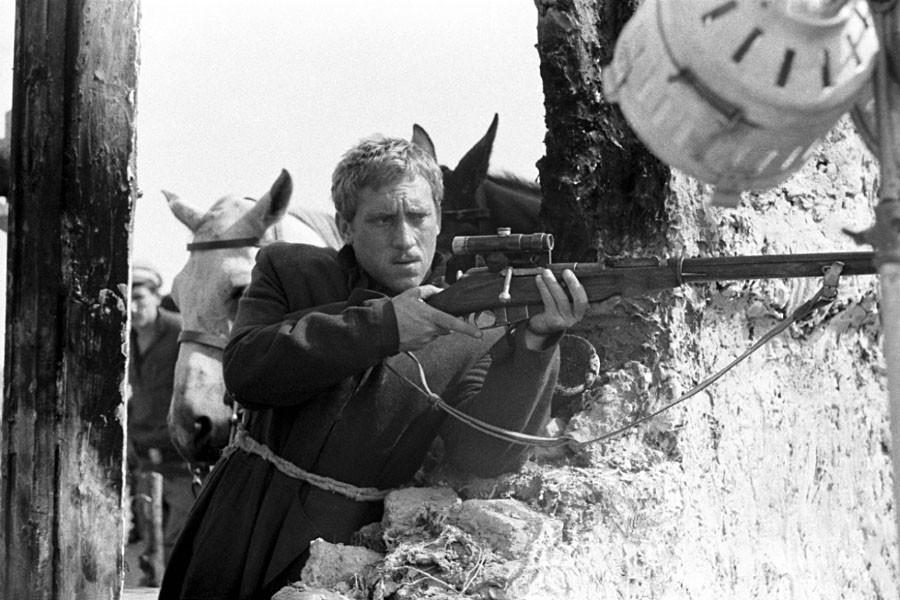 Владимир Высоцкий в роли поручика Александра Брусенцова на съёмке фильма режиссёра Евгения Карелова «Служили два товарища» в Измаиле. Фото 21 сентября 1967 года
