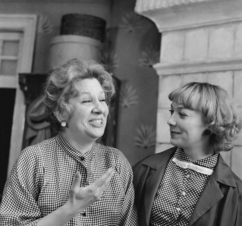 во время съемок художественного фильма «Покровские ворота» актрисы Инна Ульянова (слева) и Елена Коренева на съемочной площадке, 1981 год