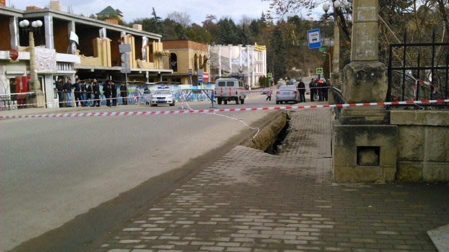 В Кисловодске частично обрушился мост
