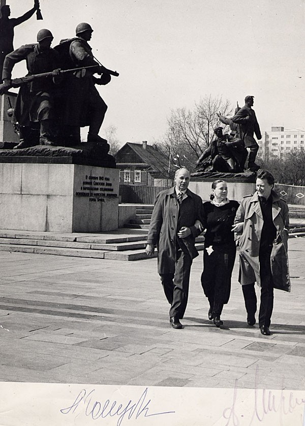 Александр Шаповаленко, Андрей Миронов и Лариса Голубкина на площади Партизан в Брянске