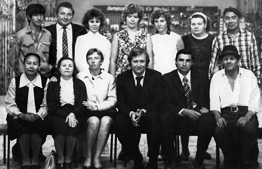 Андрей Миронов с сотрудниками одного из кинотеатров города Капчагай