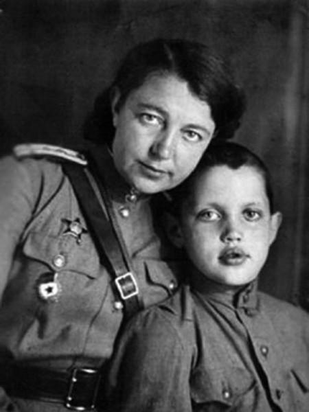 Роберт Рождественский с мамой Верой Павловной