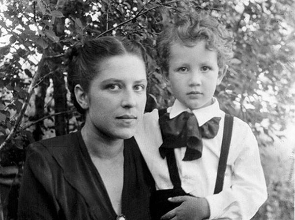 Святослав Бэлза с мамой Зоей Константиновной. Конец 1940-х