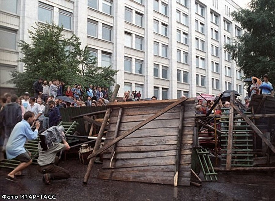 Баррикады у здания Верховного Совета РСФСР