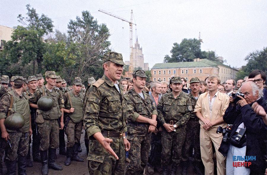 Генерал-майор Александр Лебедь с группой военнослужащих на улицах столицы