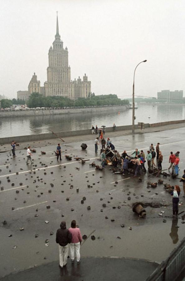 Москвичи строят баррикады на подступах к зданию Верховного Совета РСФСР