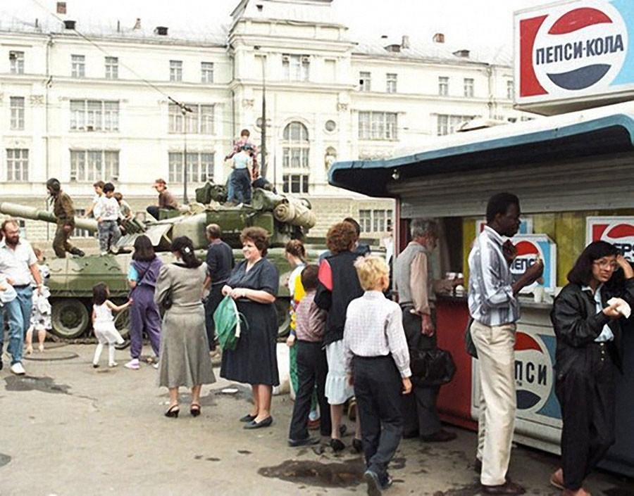 На одной из улиц Москвы во время августовского путча 1991 года. Фото Владимира Родионова