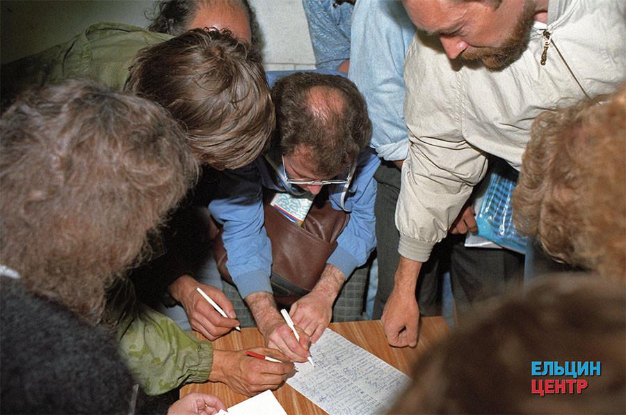 Поздно вечером 19 августа на баррикадах у Белого дома России идет запись добровольцев