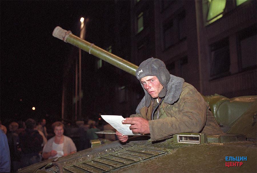 Поздно вечером 19 августа на баррикадах