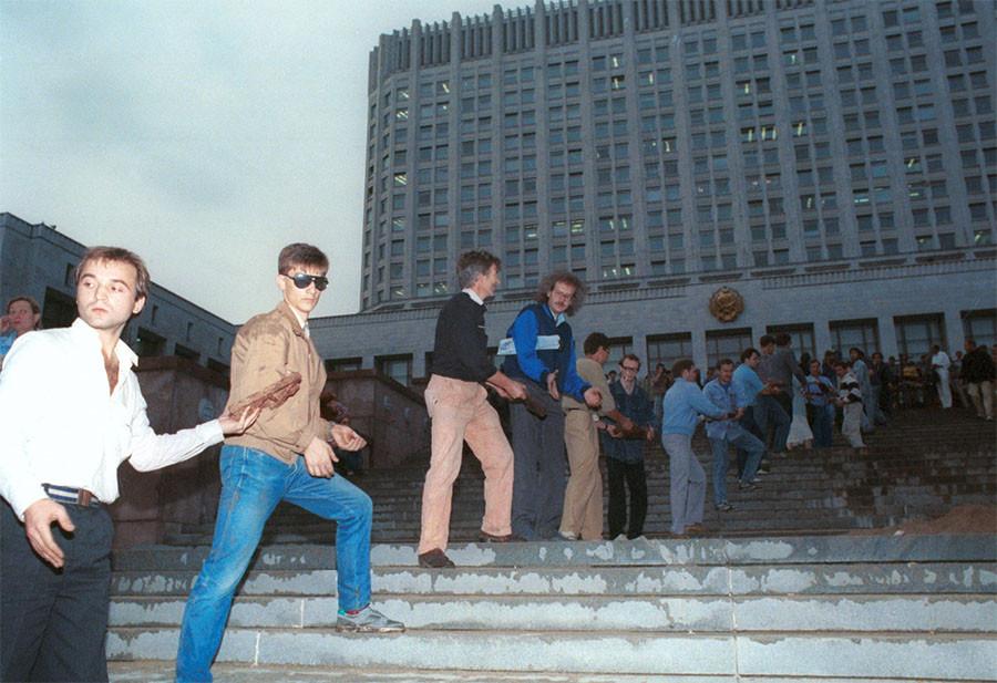 Строительство баррикад у здания Верховного Совета РСФСР Фото Андрея Бабушкина